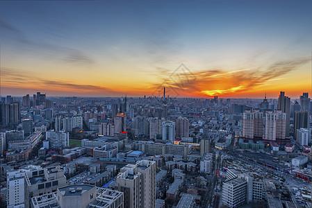 夕阳下的城市天际线图片