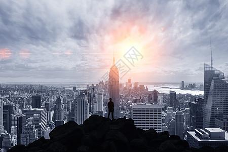 站在楼顶眺望城市的人图片