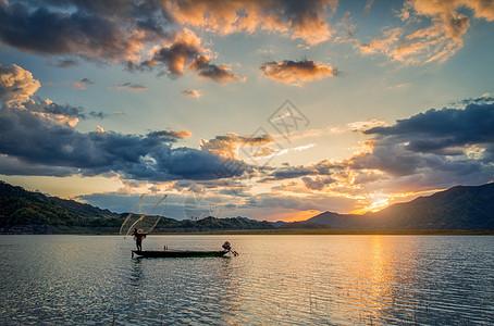夕阳湖水扑鱼撒网图片