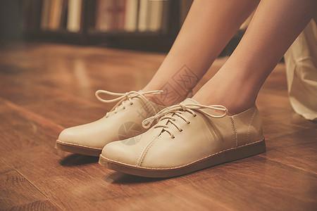 女性脚上的皮鞋图片