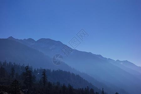 迷雾中的山川图片