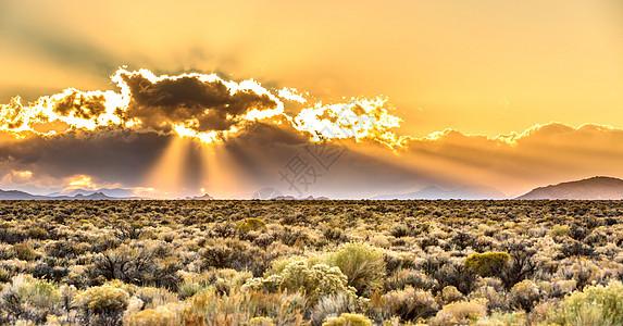 日落耶稣光下的草原图片