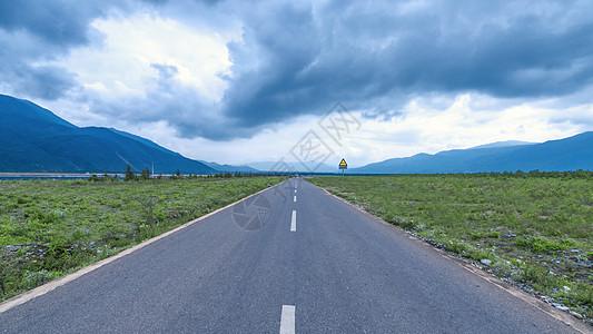 通往雪山的道路图片
