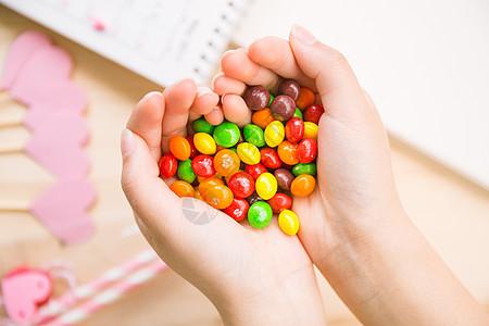 520情人节手捧糖果心形图片