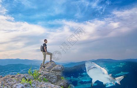 行走在大海戈壁间的男人图片