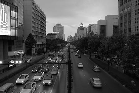 傍晚的马路和车辆图片
