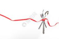 红色彩带和刀叉勺子图片