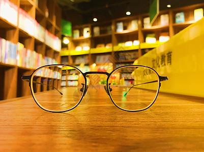 透过眼镜看书店图片