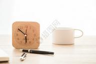 桌面时钟闹钟文具创意平铺图片