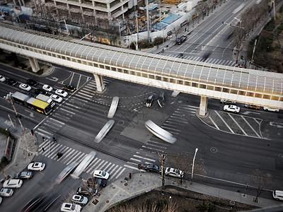 地铁线以及正在通过路口的车辆图片
