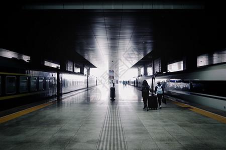 离别的车站以及匆匆赶车的人们图片