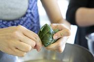 喜庆端午节包粽子粽香四溢图片