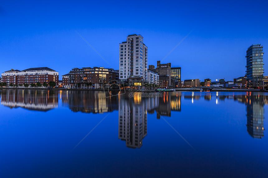 藍色水面高樓大廈的倒影