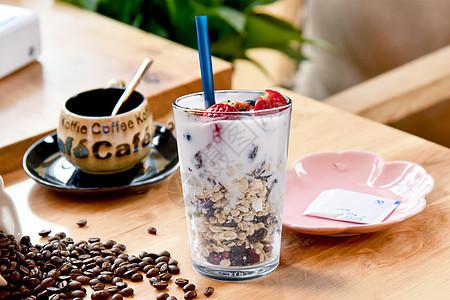 夏日里奶茶中的冰淇淋图片