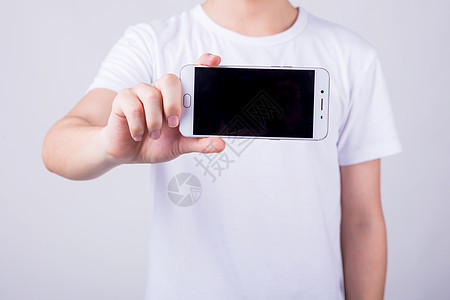 棚拍个人男孩手拿手机形象图片