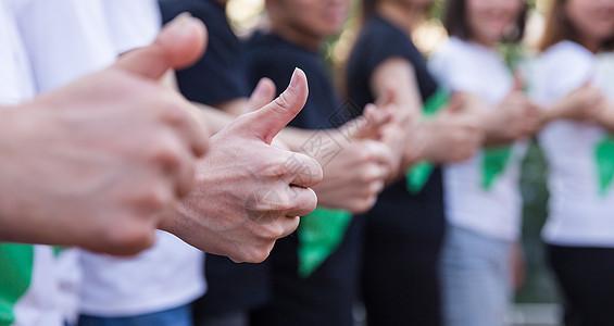 年轻公司团队共同举大拇指图片