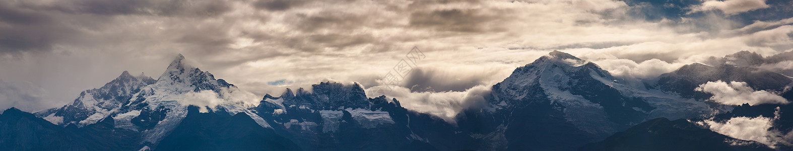 梅里雪山三峰图片