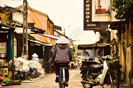 越南会安街上戴尖斗笠的妇人背影图片