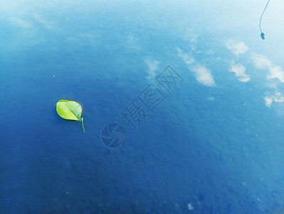 水里倒映的蓝天图片