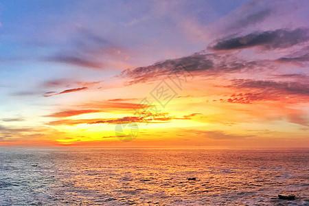日出的河岸边图片
