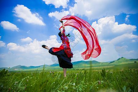草原上起舞的女孩图片