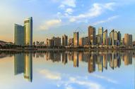 海滨城市夕阳倒影图片