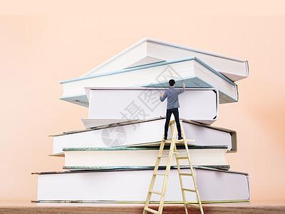 搬梯子找书,书是人类进步的阶梯图片
