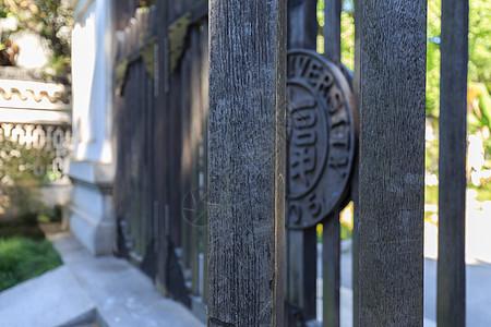 木制复古校门图片