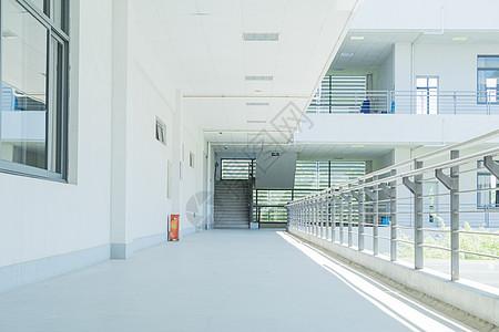 毕业季空旷的校园教学楼图片