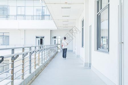 大学校园走在教室门口的学生图片