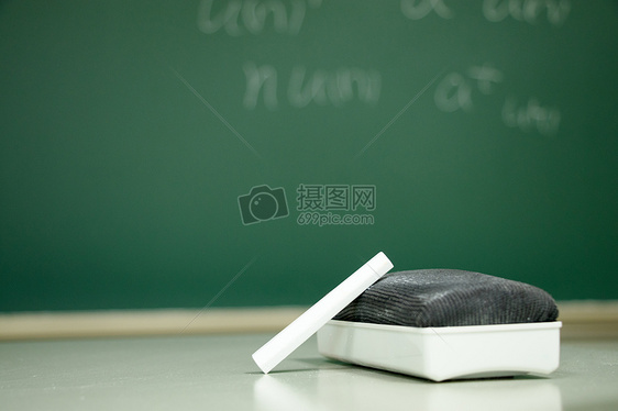大学校园教室粉笔特写图片