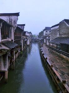 江南乌镇水乡雨天景色图片