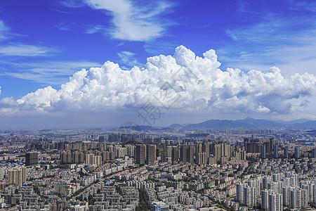 蓝天白云下的市区图片