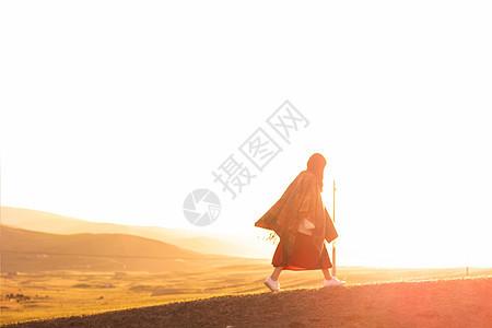 空旷草原 行走的女人图片