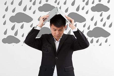 下雨天用笔记本当雨伞图片