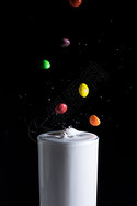 落入牛奶的彩虹糖图片
