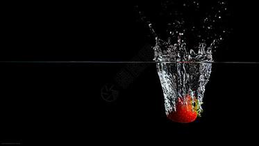 落入水中的草莓图片