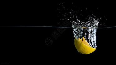 落入水中的半个柠檬图片