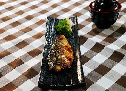 日料烤青花鱼图片