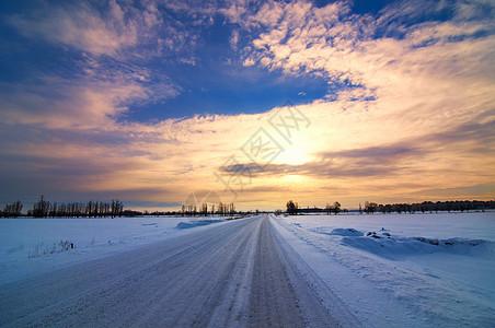 雪路日出美景图片