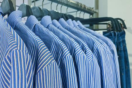 商城女装店整齐排列的条纹衬衫图片