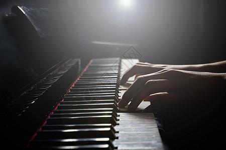 弹奏着的钢琴图片
