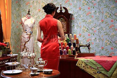 老上海房间里面穿旗袍的女人图片