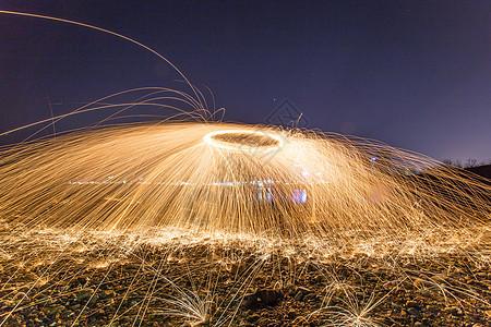 夜晚海边钢丝棉光绘高清图片