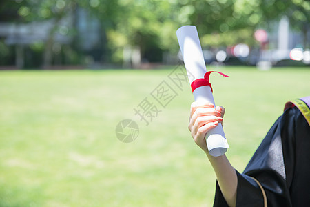 毕业季手拿毕业证的学生图片