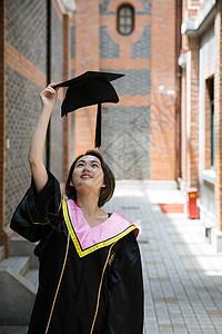 大学复古过道穿学士服的学生图片