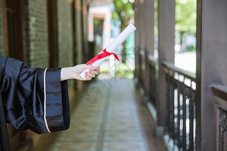 教室走廊前手拿证书的毕业生图片