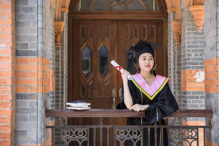 校园复古教室前穿学士服的女生图片