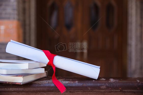 校园毕业季教室栏杆上书本素材图片