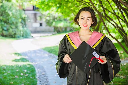 毕业校园树林穿学士服的女学生图片